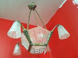 Chandelier Lustre à plaques Art Deco en verre moule et bronze des hanots tulipe