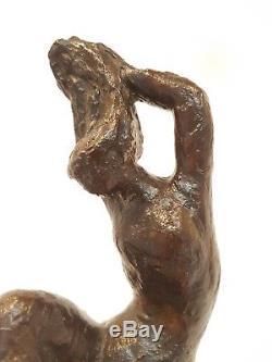 Femme se coiffant Bronze monogrammé Fonte A. Valsuani. Période Art Deco