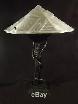 GRANDE LAMPE ART DECO AU SERPENT EN FER FORGE ET VASQUE MOULE-PRESSE 1930