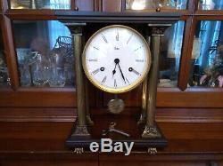 Horloge pendule portique à colonnes bois et bronze de marque ODO