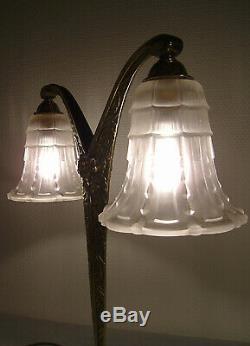 Lampe à deux bras art déco en bronze et tulipes en verre moulé pressé 1925/1930