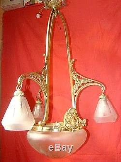 Lustre bronze et laiton équipé de 3 tulipes en verre dépoli, époque début 20ème